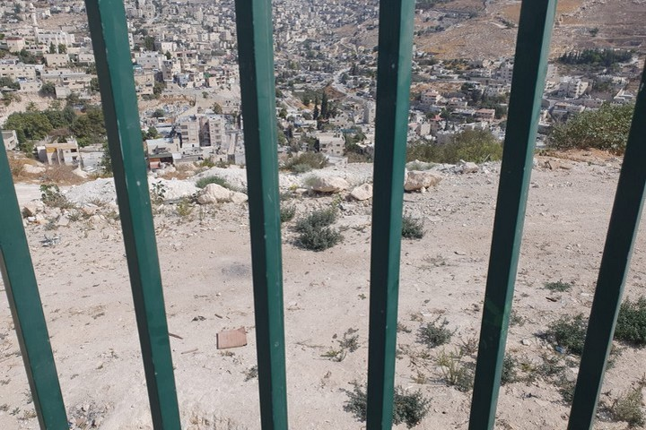 שטח שמיועד לבניית בית ספר במזרח ירושלים, אך עומד שומם וריק (צילום: אורלי נוי)