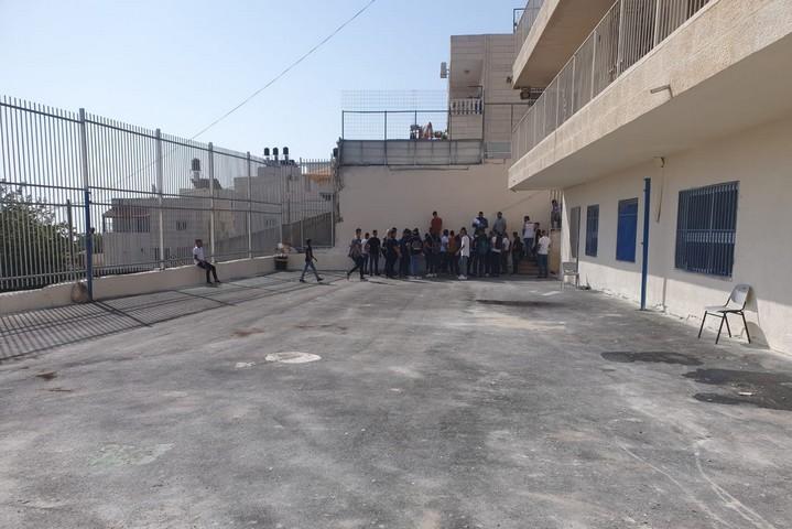 המגרש בבית הספר התיכון סוואחרה בכפר ג'בל מוכבר, שמשרת 500 תלמידים (צילום: אורלי נוי)