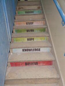 המדרגות בבית הספר התיכון סוואחרה בכפר ג'בל מוכבר (צילום: אורלי נוי)