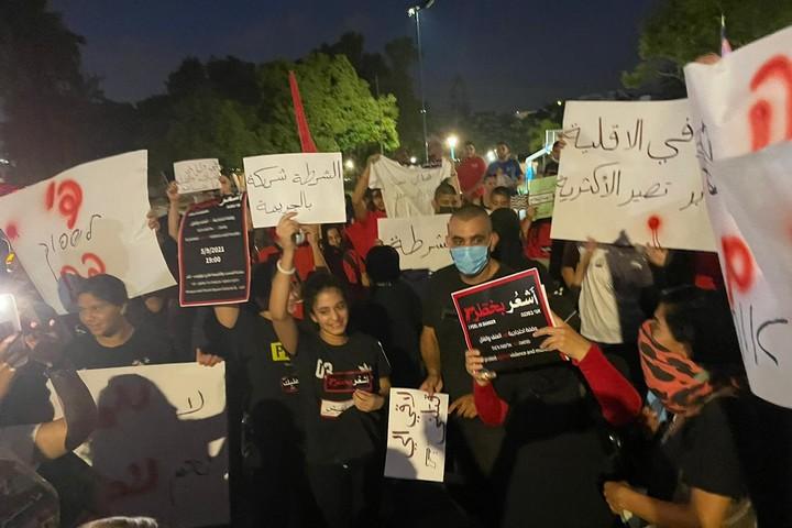 מחאה נגד הפשיעה והרצח בחברה הערבית, מול משטרת לוד, ב-5 בספטמבר 2021 (צילום: סמאח סלאימה)