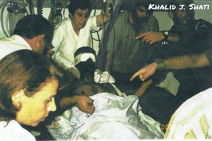 זכריא זביידי מובל לבית החולים לאחר שנפצע בפניו באינתיפאדה השנייה (צילום: חאליד ג. שאטי)