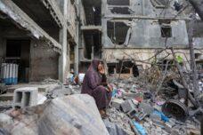 """לא יודעת איך להמשיך לחיות. אשה בבית חנון אחרי הפצצה ישראלית במבצע """"שומר חומות"""", מאי 2021 (צילום: מוחמד זאנון / אקטיבסטילס)"""