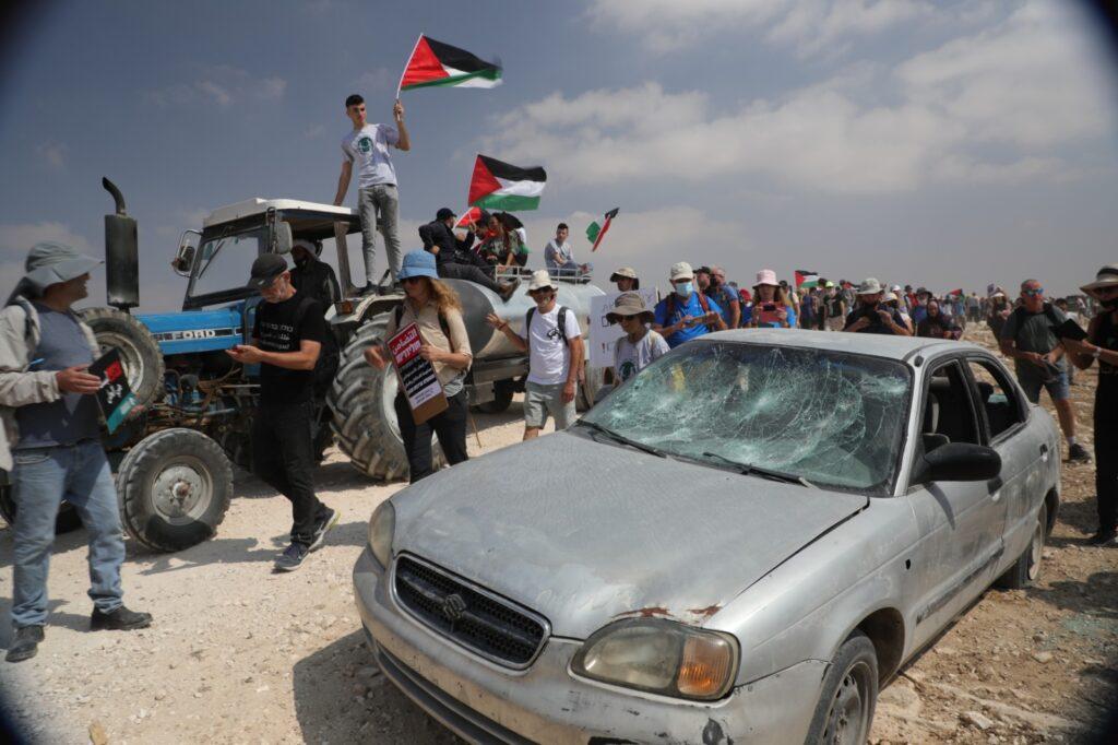 הנוכחות של מאות מפגינים ישראלים במקום שבו המתנחלים והצבא רגילים להתעלל בפלסטינים היא בעלת חשיבות רבה. ההפגנה בדרום הר חברון (צילום: קרן מנור / אקטיבסטילס)