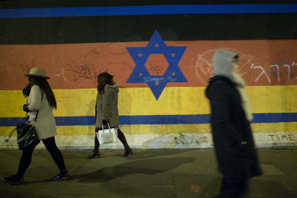 בשם המאבק נגד אנטישמיות, מדכאים על ביקורת על ישראל (דגל ישראל על שרידי חומת ברלין (צילום: נועם ריבקין פנטון / פלאש 90)