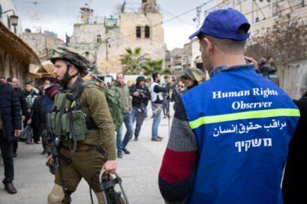 מאפשרים לדעת מה קורה תחת הכיבוש הישראלי. משקיף במחאה ברחוב שוהדא בחברון (צילום: אורן זיו)