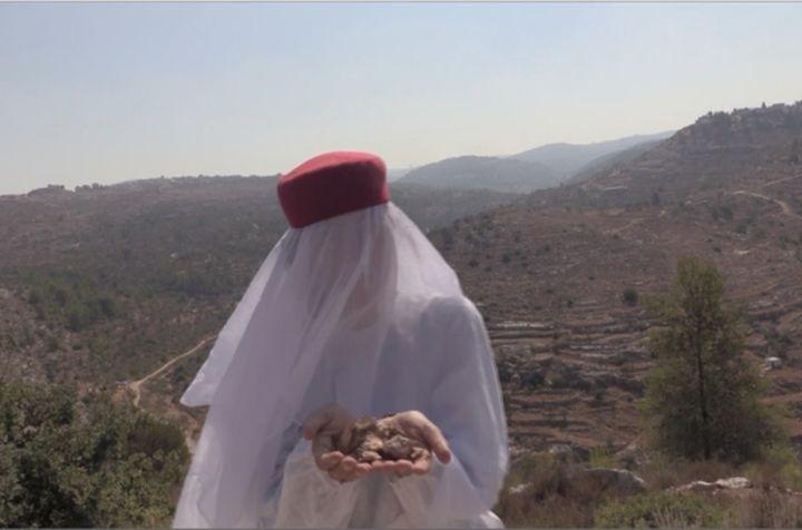 מחברת את האמנות לטבע. מיצג של פידאא עטאיא על ההר מעל כפר נעמה (באדיבות פידאא עטאיא)