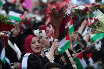 לא חושבים שיוכלו לממש את זכויותיהם במסגרת פתרון שתי המדינות. צעירים חוגגים את סיום התואר באוניברסיטה בשכם (צילום: נאסר אשתאיה / פלאש 90)