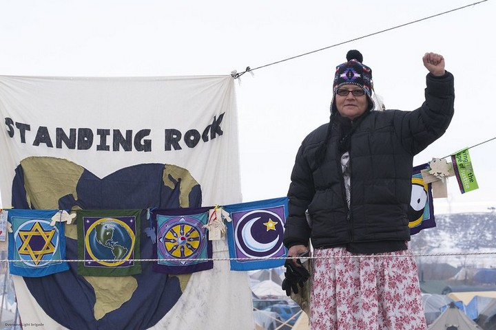 מפגינה במחנה בסטנדינג רוק, ב-2016 (צילום: Joe Brusky, CC BY-NC 2.0)