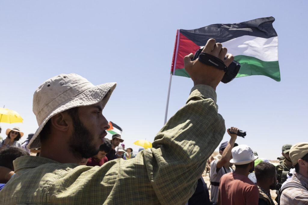 רגיל לתעד את הכיבוש. באסל אל עדרה במהלך הפגנה בדרום הר חברון, אוגוסט 2021 (צילום: אורן זיו)