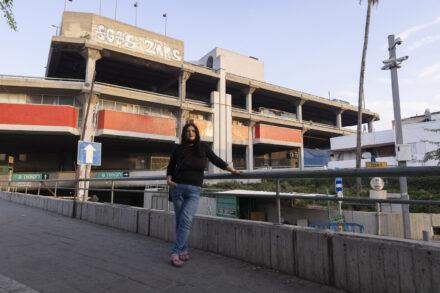 חברת מועצת עיריית תל לאביב שולה קשת, על רקע התחנה המרכזית בדרום תל אביב (צילום: אורן זיו)