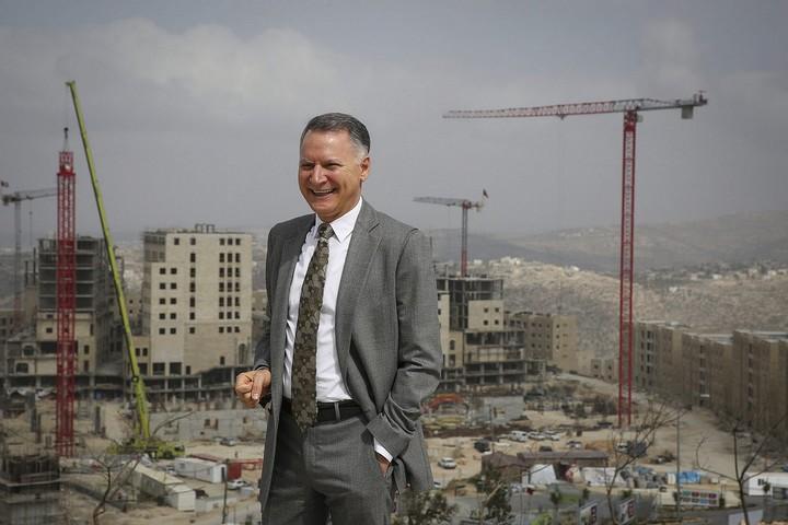 היזם הפלסטיני בשאר אל-מסרי על רקע שכונת מגורים ברוואבי, ב-23 בפברואר 2014 (צילום: הדס פרוש / פלאש90)
