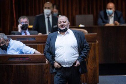 """יו""""ר רע""""מ, מנסור עבאס, במליאת הכנסת, ב-2 באוגוסט 2021 (צילום: יונתן זינדל / פלאש90)"""