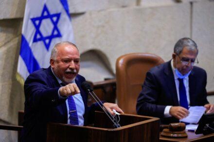 שר האוצר, אביגדור ליברמן, בזמן הצבעה על התקציב בכנסת, ב-2 בספטמבר 2021 (צילום: אוליבייה פיטוסי / פלאש90)