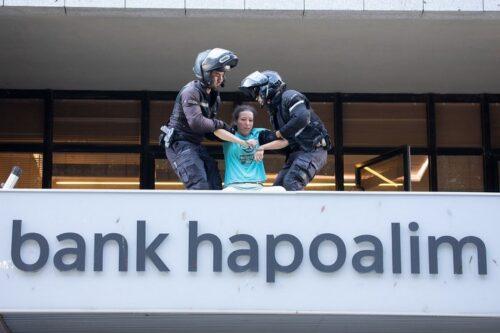 כוח משטרתי גדול סיכל פעולה של המרד בהכחדה מול בנק הפועלים