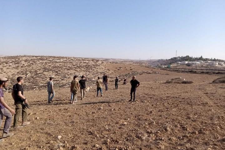 מתנחלים באזור דרום הר חברון (צילום: באסל אל-עדרה)