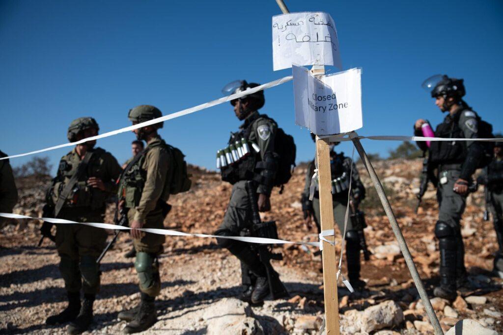 חיילים חוסמים מוסקים בסלפית (צילום: מתן גולן)