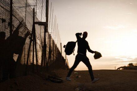 פועל פלסטיני חוצה לישראל דרך פרצה בגדר (צילום: רחל שור)