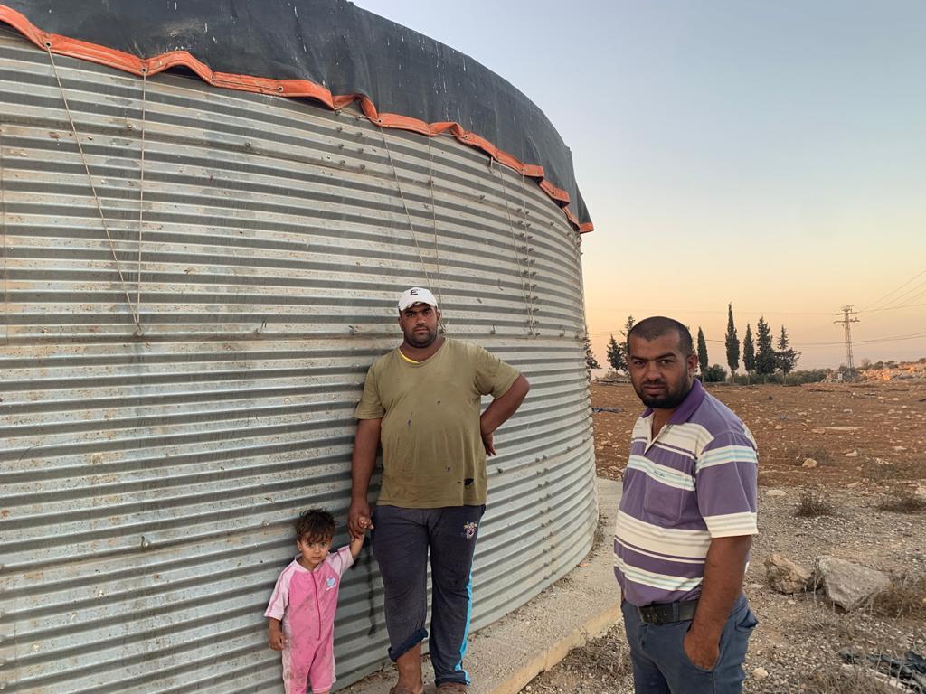 """""""רק שלא נהפוך לפליטים"""". עות'מאן אבו קביטה (מימין) עם אחיו ובתו"""